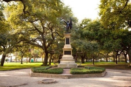 B_Charleston_South_Carolina_Battery_Park_statue_iStock_000011806199Small-e1370104988179
